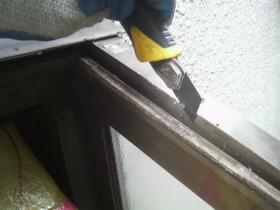 キッチン出窓ガラス工事コーキング剥離中